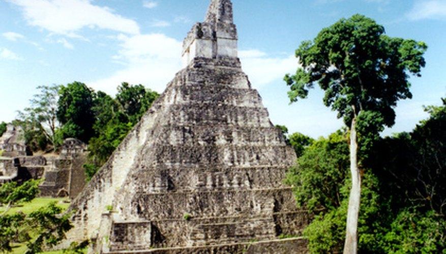 Los mayas construyeron pirámides multi-escalonadas a través de Mesoamérica.