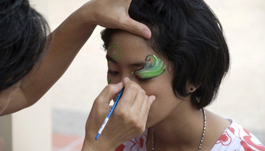 La pintura de cara puede involucrar diseños elaborados o patrones simples.