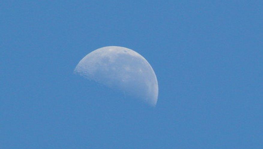 La Luna es un satélite natural que orbita la Tierra y tiene su propio campo gravitatorio.