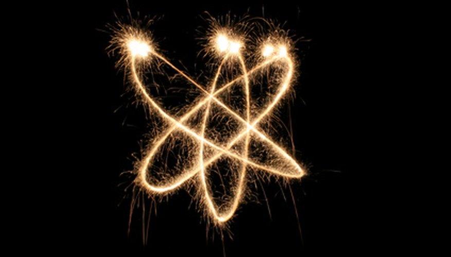 Los campos eléctricos pueden producirse por la carga de partículas subatómicas.