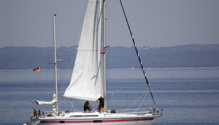 Los veleros tienen un sistema de poleas para mover las velas hacia arriba y hacia abajo.