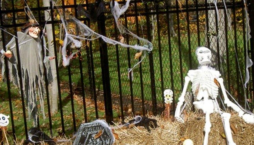 Un esqueleto de pie ayuda a establecer el escenario para Halloween.