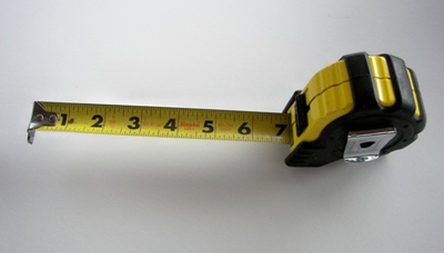 Los estudiantes de tercero pueden utilizar una cinta métrica para estimar distancias.