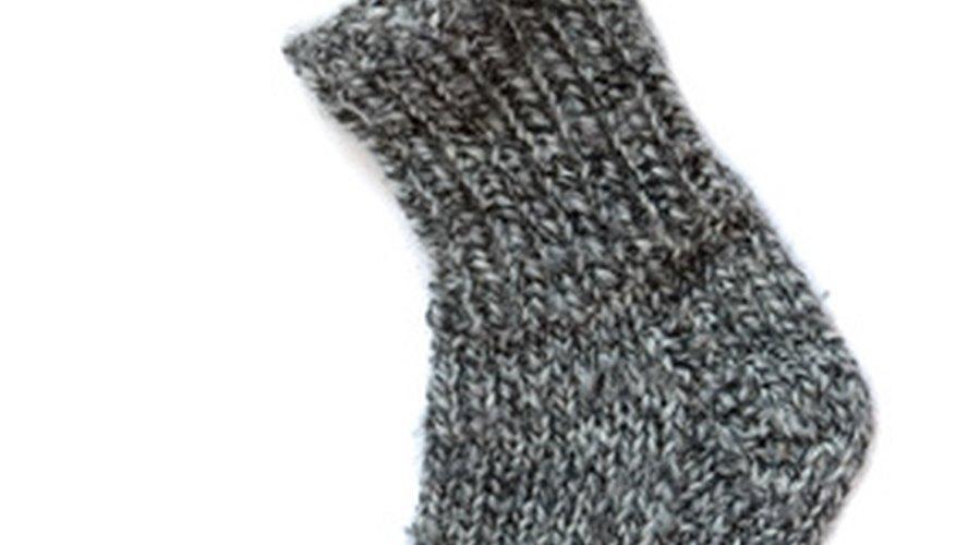 Puedes convertir un viejo calcetín común y corriente en un divertido juguete para niños.