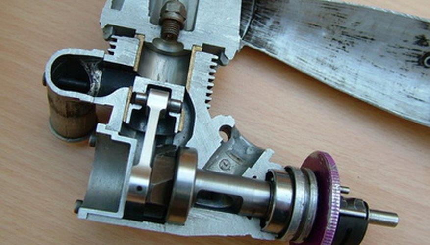 El pedal de embrague fuerza el líquido a través del sistema.