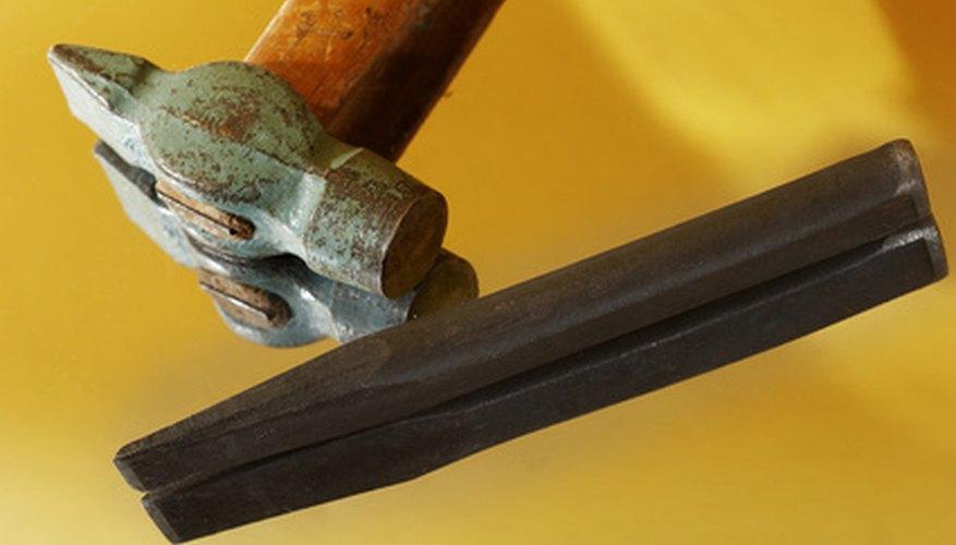 Las herramientas manuales y eléctricas pueden darle a los escultores la precisión necesaria para las letras.