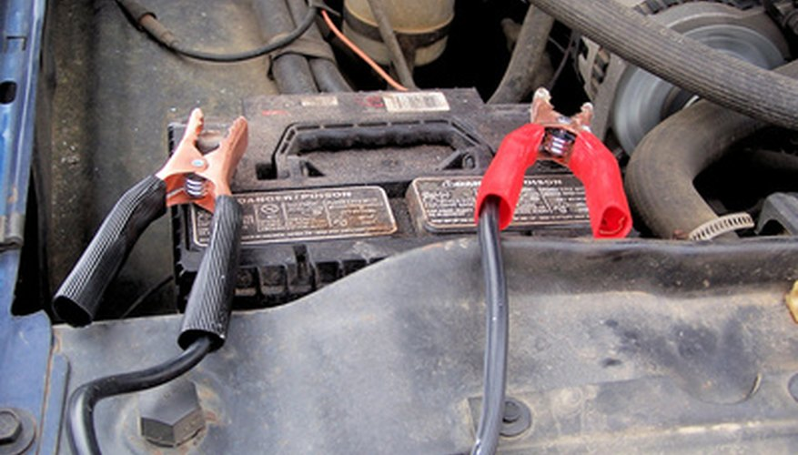 Carga la batería descargada con los cables de arranque de otro vehículo que funcione.