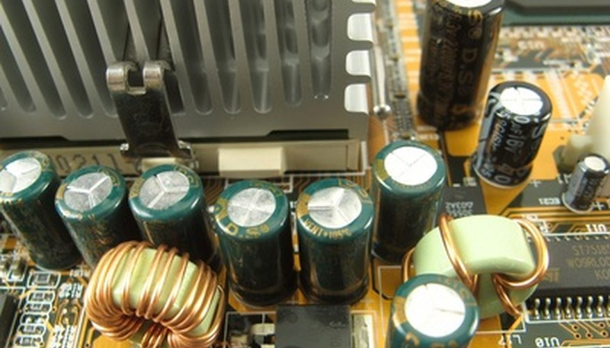 Dos toroides cerca de unos capacitores.