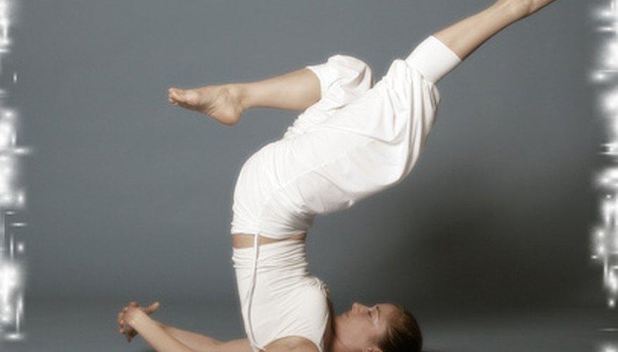 El fortalecimiento y grado de estiramiento que brinda el yoga puede ayudarte a mejorar la alineación de tu columna vertebral.