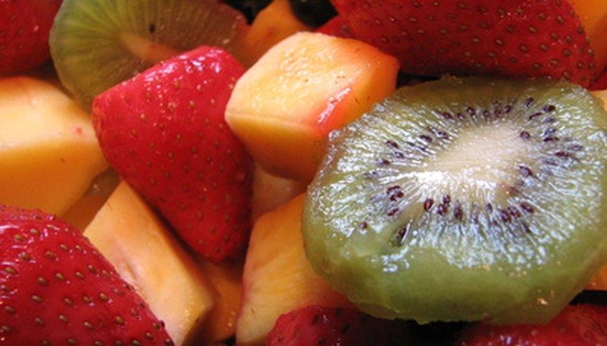 Cubre un pastel de bodas con fruta fresca.