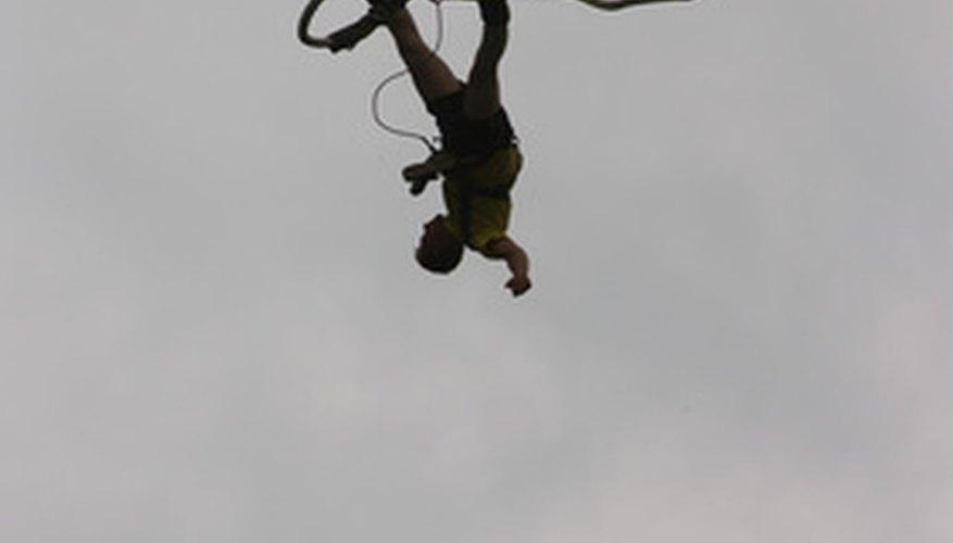 El salto de bungee es una forma popular de turismo de aventura fuerte.