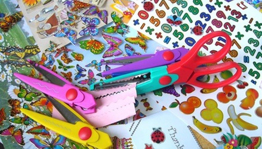 Las decoraciones coloridas añaden diversión al crear un collage de fotografías.