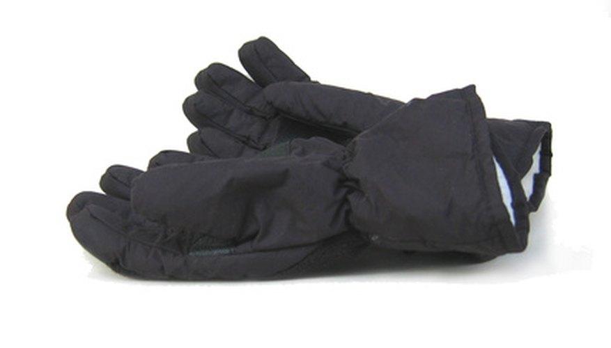 Puedes usar guantes negros cuando hagas un disfraz de Edward Scissorhands.
