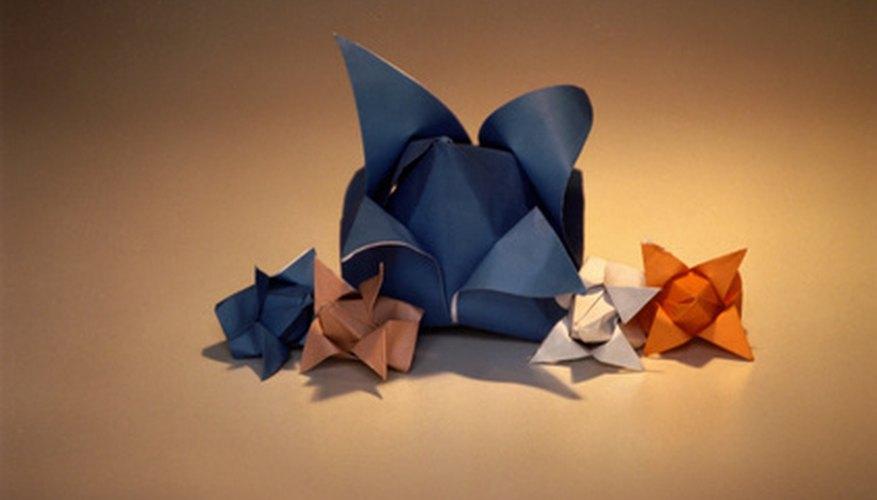 El origami utiliza conceptos matemáticos para crear formas tridimensionales.