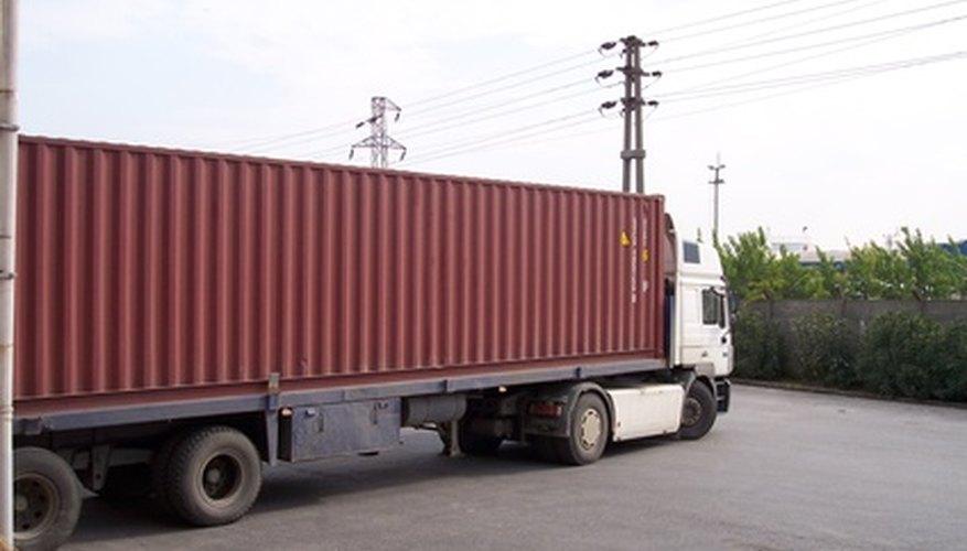 Diferentes tipos de camiones se utilizan para el transporte de larga distancia, incluyendo furgonetas, vehículos con plataforma y camiones pesados de larga distancia y refrigerados.