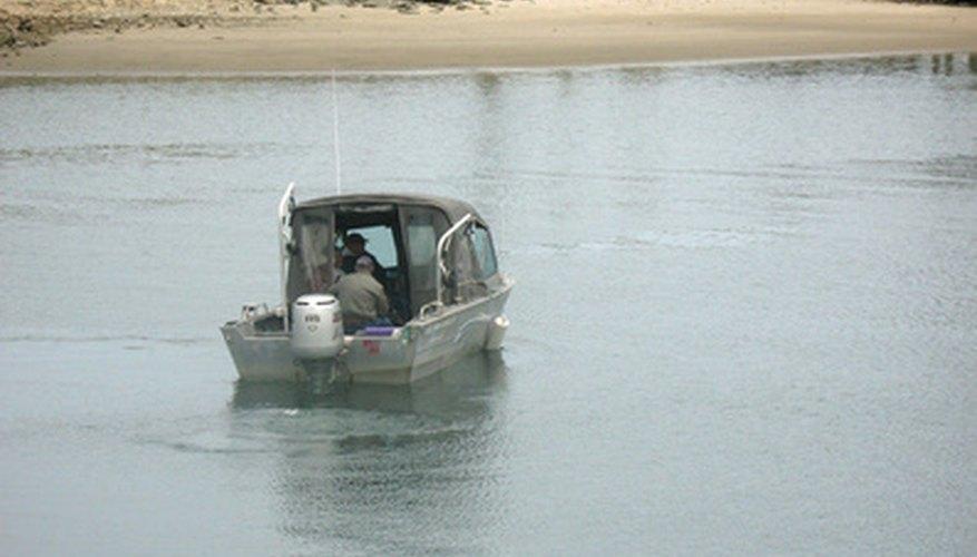 Un bote con un motor fuera de borda.