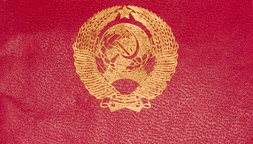 Los pasaportes diplomáticos se emiten para los funcionarios en servicio que viajan en relación a su trabajo.
