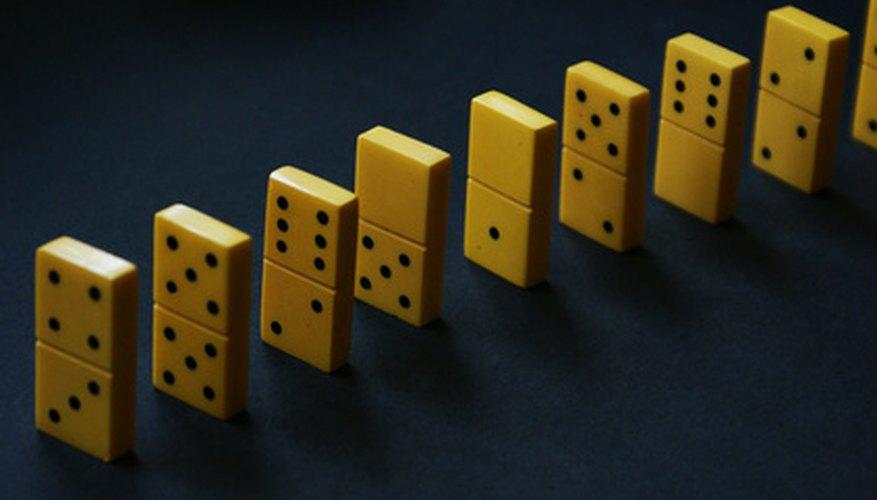El dominó es un juego de fichas que usa piezas rectangulares con dos números (representados por puntos) en cada lado.