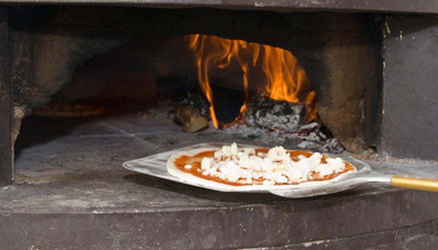 Da a conocer los beneficios únicos de tu pizzería, como el que las preparas en un horno de leña e inclúyelo en tu publicidad.