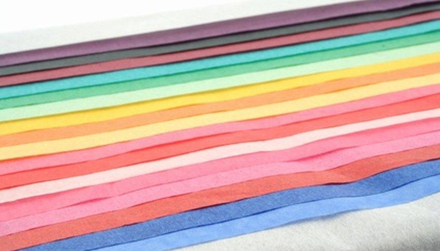 Usa diferentes colores de papel de seda para hacer una campana a rayas.