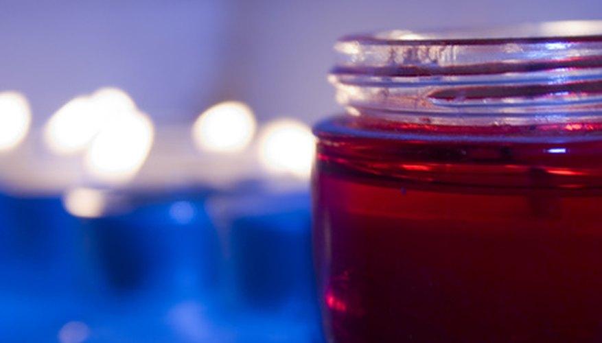Las velas en frascos son convenientes para usar y hacer.