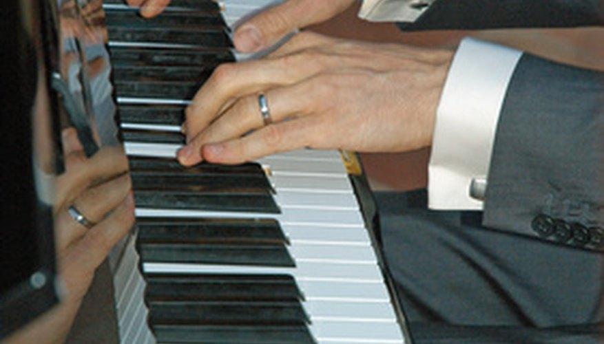 Las escuelas de música enseñan varias materias, incluyendo ejecución de piano.