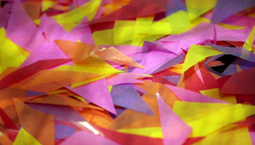 Haz triángulos geniales usando cartulinas de colores.
