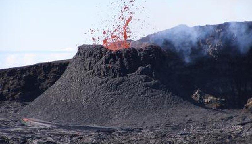 El volcán erupciona expulsando lava.