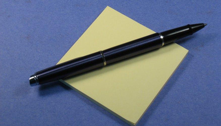 Un disfraz de nota adhesiva es rápido y fácil de armar.