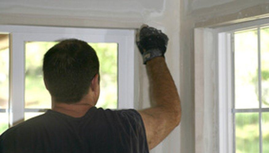 El yeso está respaldado con papel y se utiliza para los paneles de yeso en las paredes.