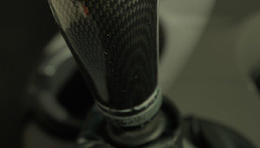 El embrague transfiere la potencia del motor a la transmisión en un automóvil de transmisión manual.