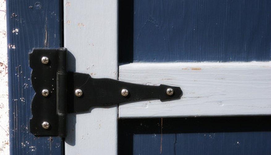 Las bisagras de las puertas son ejemplos de articulaciones de bisagra.
