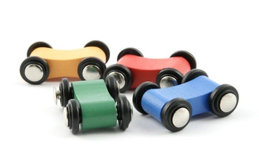 La construcción de automóviles de juguete utiliza casi todas de las seis máquinas simples.