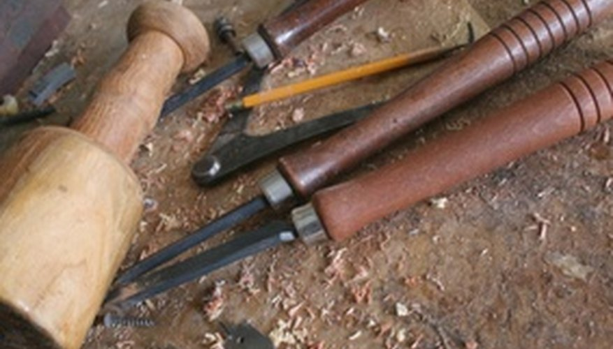 Cinceles, gubias, mazos de madera para tallado manual.