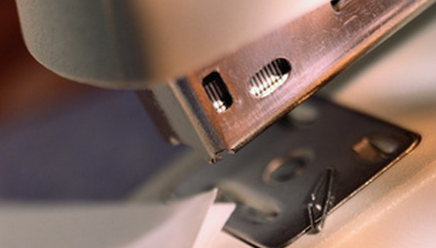 Una engrapadora atascada es fácil de reparar con un par de pinzas.