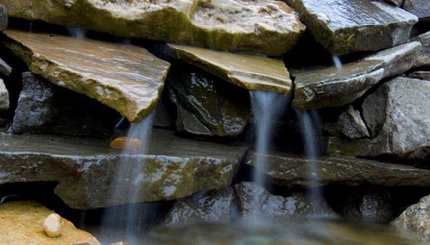 Una cascada miniatura crea una atmósfera relajante.