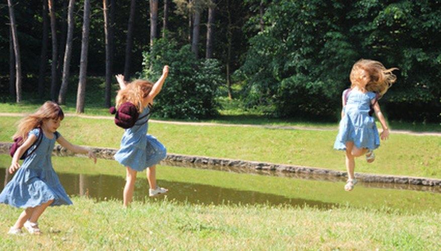Ayuda a tu hijo a ponerse en forma haciendo juegos al aire libre.