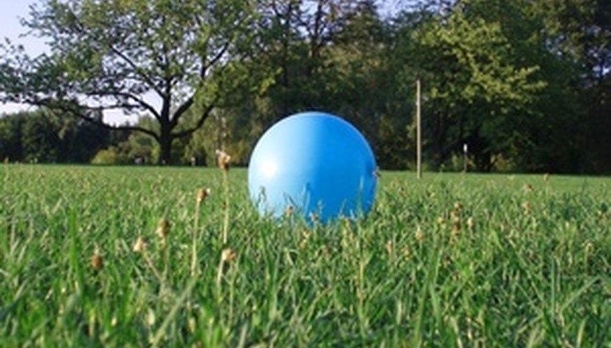 Las pelotas de goma son juguetes populares para niños.