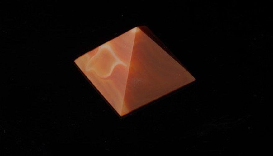 Una pirámide es un objeto de tres dimensiones que consiste en una base y caras triangulares que convergen en un vértice común.