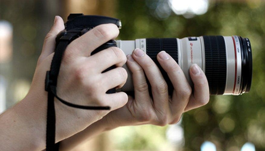 Sostén tu cámara con una mano apoyando el lente.