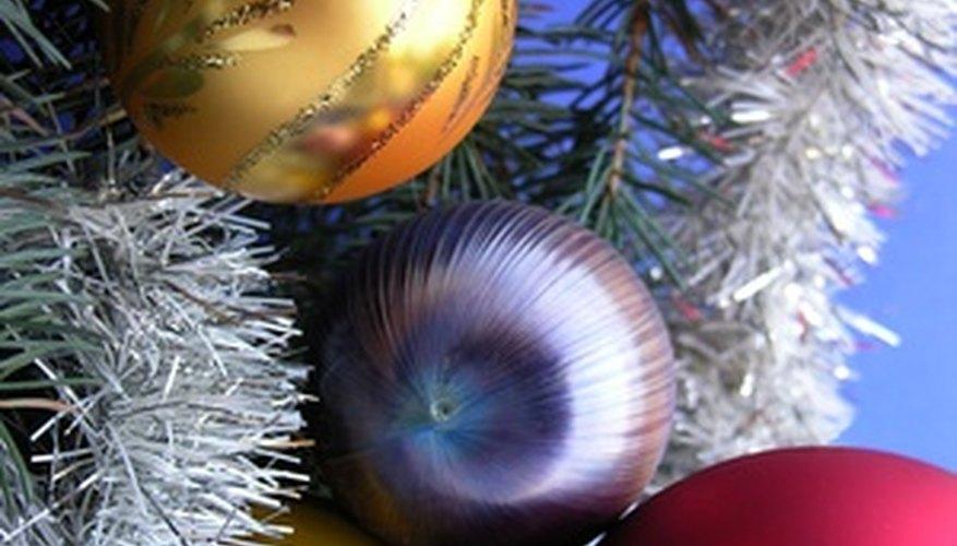 Las imágenes de tu árbol decorado constituyen buenos fondos para las invitaciones.