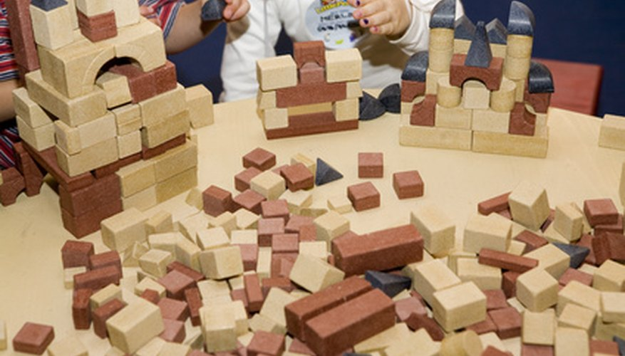 Los juguetes con propósito de final abierto estimulan las habilidades de pensamiento creativo de los niños.