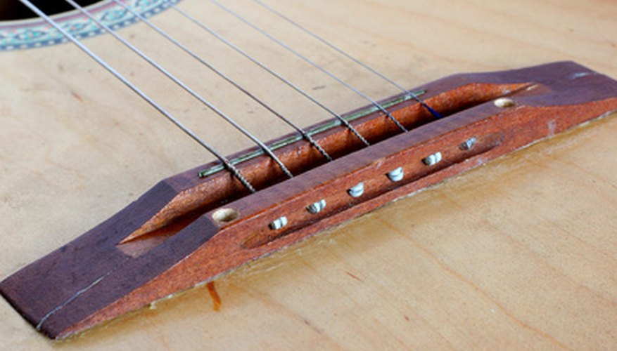 Un puente de guitarra acústica sin clavijas.