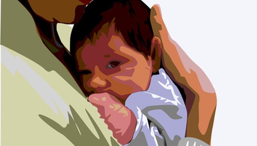 Los hombres y mujeres solteros pueden adoptar niños en los Estados Unidos y en el extranjero.
