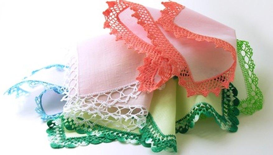 El encaje se usa comúnmente para crear bordes para fundas de almohadas y pañuelos.
