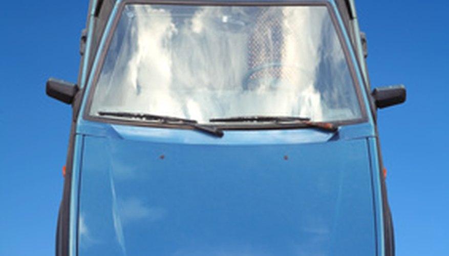 Puedes abrir un capó atorado de un auto si el pasador no funciona.