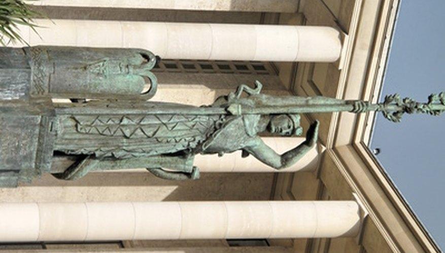 Viste un disfraz de toga regular con los accesorios de Atenea, diosa de la sabiduría y la guerra.