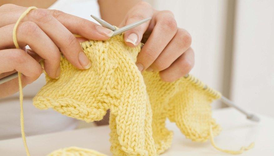 Tejer una muñeca es un desafío tremendo y puede ayudarte a ampliar tu experiencia de tejido en muchas maneras.
