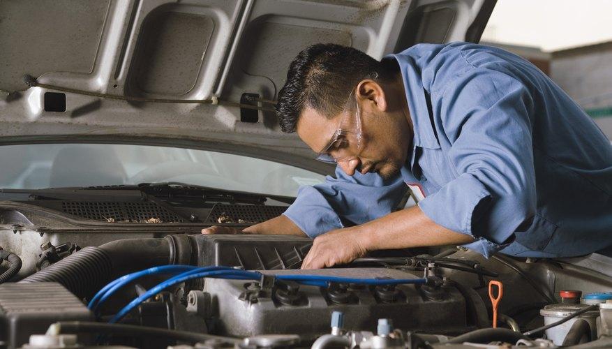 Un hombre examinando su vehículo.