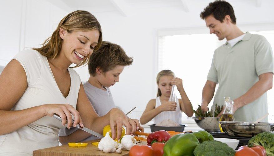 Los padres pueden servir como una influencia positiva en la salud impartiendo sus propias creencias a través de comidas nutritivas familiares.